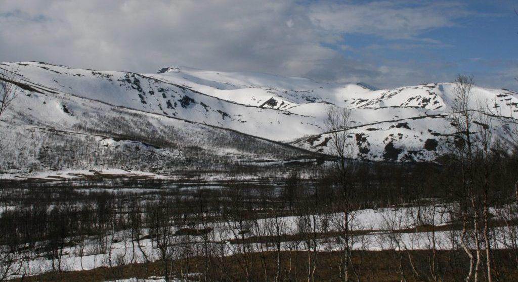 Indre Senja har avunda og rolige fjell med fine buete linjer.